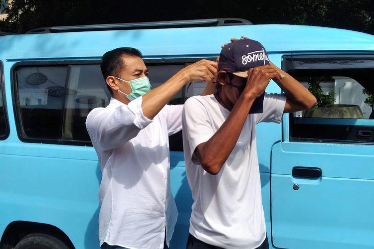 Wali Kota Salatiga Yuliyanto memakaikan masker ke sopir angkutan kota.