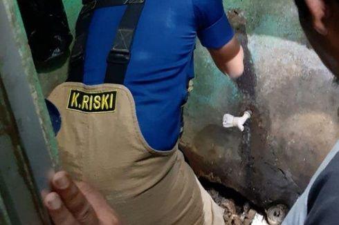 Cari Ular di Rumah Warga Pekayon, Petugas Damkar Bongkar Kamar Mandi