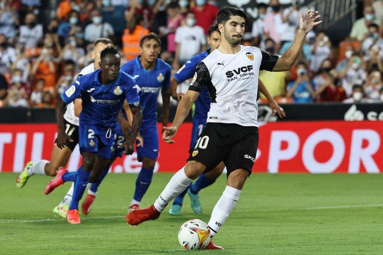 Pemain Valencia, Carlos Soler, hendak mengeksekusi penalti dalam pertandingan melawan Getafe pada pekan perdana LaLiga atau kasta tertinggi Liga Spanyol 2021-2022 di Stadion Mestalla, Jumat (13/8/2021) atau Sabtu dini hari WIB.