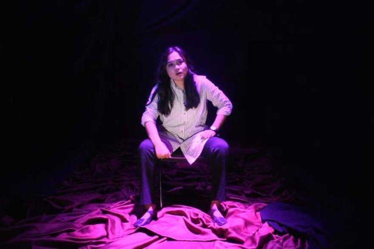 Fatimah Maya tengah memainkan naskah Tua karya Putu Wijaya.