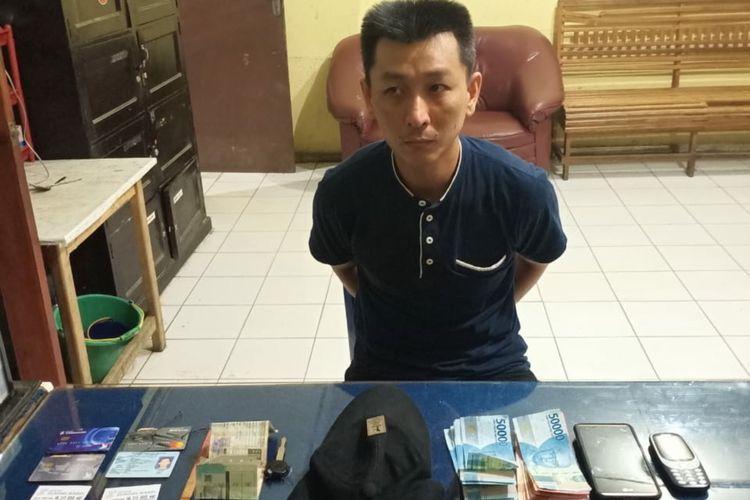 Hadi Hakim (38) seorang ASN di kota Pagaralam, Sumatera Selatan ditangkap pihak kepolisian setempat lantaran telah membobol ATM dengan modus mengganjal menggunakan tusuk gigi.