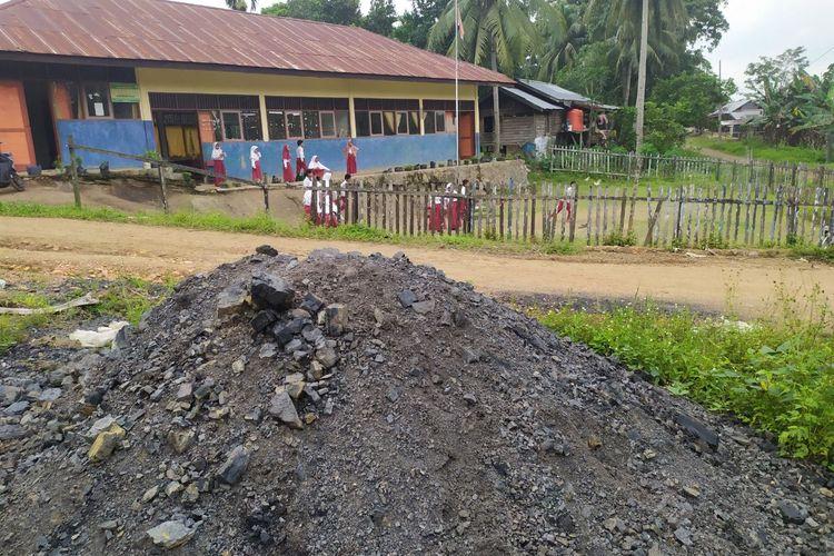 Bekas tumpuhkan batu bara yang tersisa di depan SD Filial 004 di Kampung Berambai, Selasa (12/11/2019).