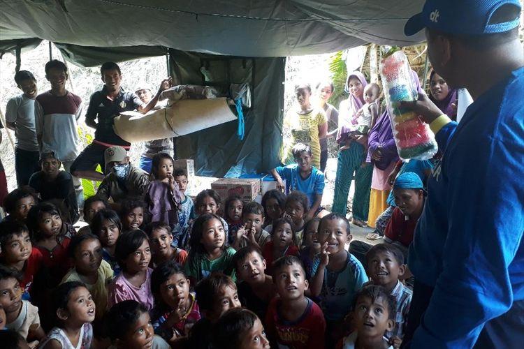 Keceriaan anak-anak korban gempa di Kabupaten Halmahera Selatan, Maluku Utara saat menjalani trauma healing di titik pengungsian Desa Balitata, Kecamatan Gane Barat, Sabtu (20/07/2019)
