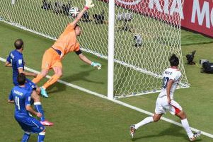 Pemain Kosta Rika, Bryan Ruiz, mencetak gol ke gawang Italia pada pertandingan lanjutan penyisihan Grup D di Itaipava Arena Pernambuco, Recife, Jumat (20/6/2014).