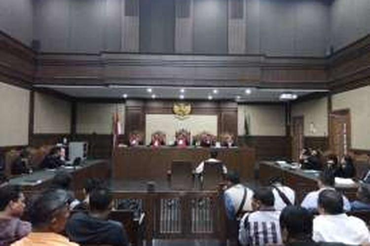 Mantan Ketua Komisi D DPRD DKI Jakarta, Mohammad Sanusi, mendengarkan putusan yang dibacakan ketua majelis hakim Sumpeno dalam persidangan yang digelar di Pengadilan Tipikor, Jakarta, Kamis (29/12/2016).