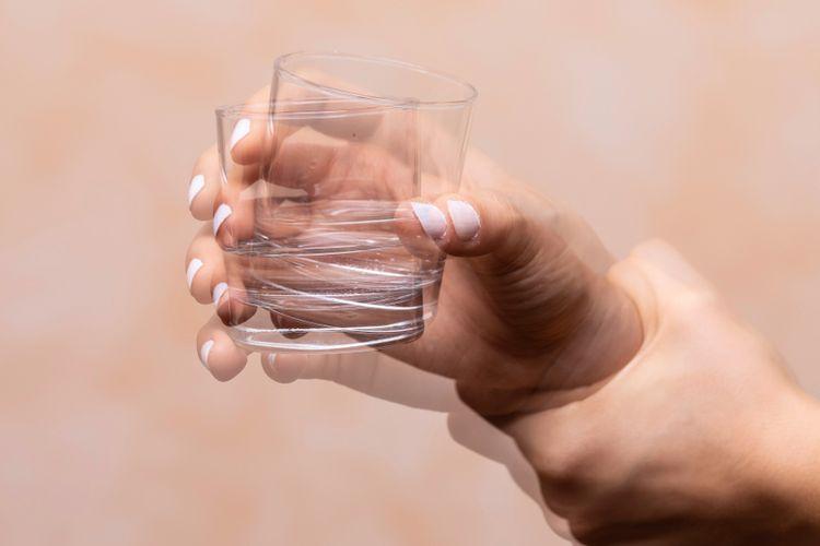 Tangan mengalami tremor sehingga tidak bisa memegang gelas