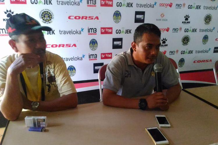 Pelatih PSIM Yogyakarta, Erwan Hendarwanto memberikan keterangan soal hasil laga timnya melawan Persebaya di Stadion Sultan Agung, Kabupaten Bantul, Kamis (18/5/2017).