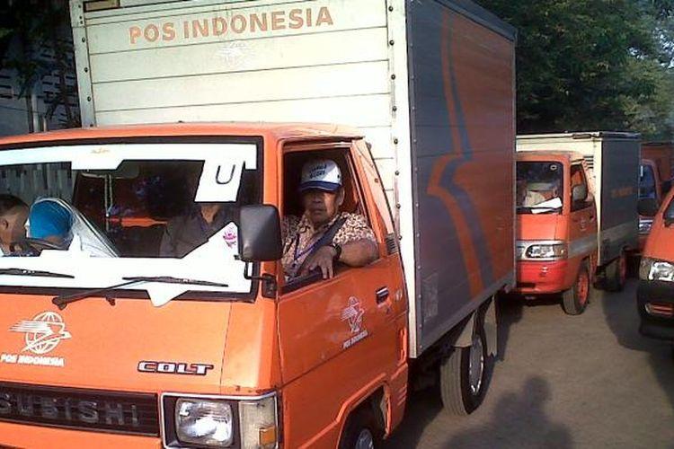 PT Pos Indonesia mengerahkan sedikitnya 75 mobil boks untuk mendistribusikan naskah ujian nasional (UN) ke tingkat Rayon di wilayah Jakarta, Minggu (17/4/2011).