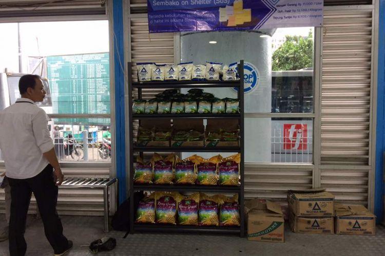 Suasana Sembako on Shelter (SoS) di halte Kampung Melayu, Jakarta Timur, Senin (29/5/2017). PT Transjakarta menjual bahan-bahan pokok bagi pemegang kartu Bank DKI dan KJP dengan harga eceran tertinggi di tiap halte.