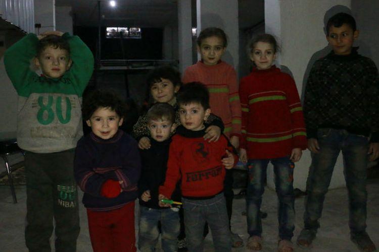 Banyak anak-anak turut tinggal di ruang bawah tanah, menghindari serangan udara.