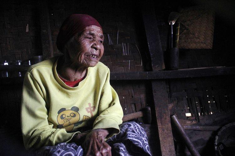 Mak Iyah (100) hidup sebatang kara di sebuah gubuk reyot di tengah kebun sayur di Kecamatan Pacet, Kabupaten Cianjur, Jawa Barat. Untuk bertahan hidup ia mengandalkan belas kasih tetangga dan warga sekitar.