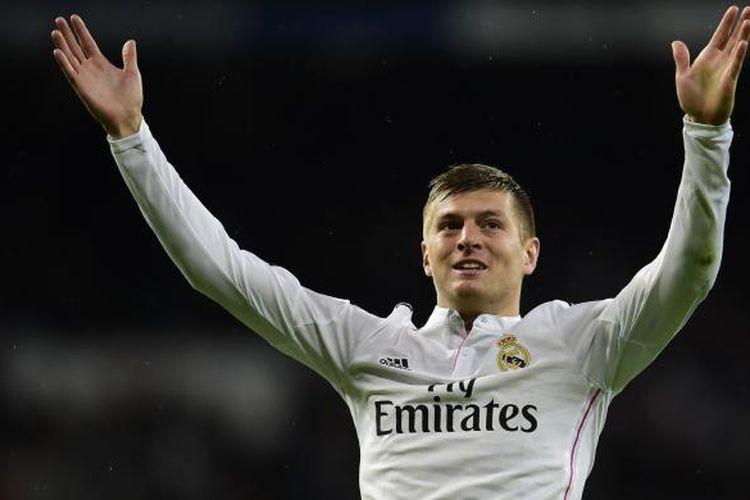 Gelandang Real Madrid Toni Kroos merayakan keberhasilannya mencetak gol ke gawang Rayo Vallecano, pada pertandingan Primera Division, di Santiago Bernabeu, Madrid, Sabtu (8/11/2014).
