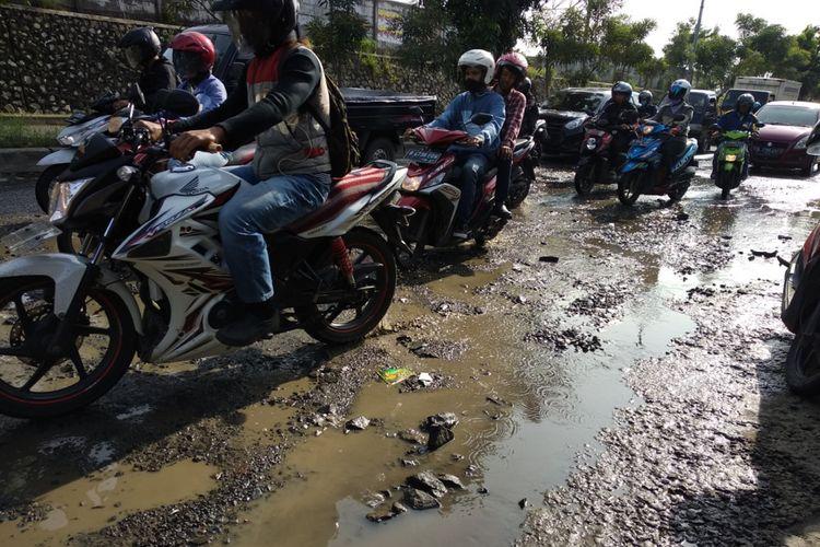 Warga melintas di jalan I Gusti Ngurah Rai, Bintara Bekasi Rabu (7/3/2018)
