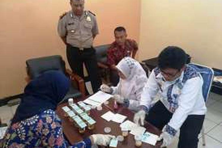Badan Narkotika Nasional Kabupaten (BNNK) Bima melaksanakan tes urine dadakan di Mapolres Dompu NTB, Jum'at (1/4/2016). Setidaknya, ada 12 anggota polisi setempat terdeteksi menggunakan narkoba.