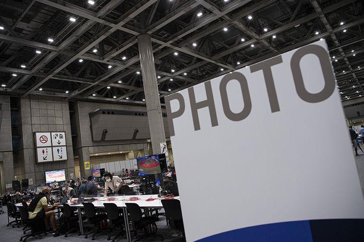 Sejumlah jurnalis beraktivitas di Main Press Center Olimpiade Tokyo 2020 di Tokyo Big Sight, Tokyo, Jepang, Rabu (21/7/2021). Main Press Center di Tokyo Big Sight mulai ramai dengan para jurnalis dari berbagai negara jelang pembukaan Olimpiade Tokyo 2020 pada 23 Juli 2021.
