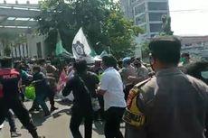 Demonstran di Balai Kota Tangsel Tuntut agar Satpol PP yang Arogan terhadap Pedagang Ditindak
