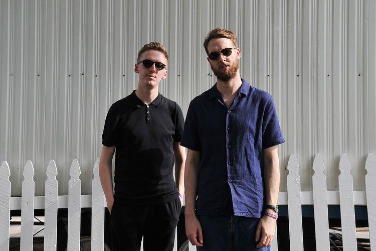 Duo musisi James Hatcher (kiri) and Andy Clutterbuck yang tergabung dalam Honne berpose di 2017 Panorama Music Festival di Randalls Island, New York City, pada 28 Juli 2017.