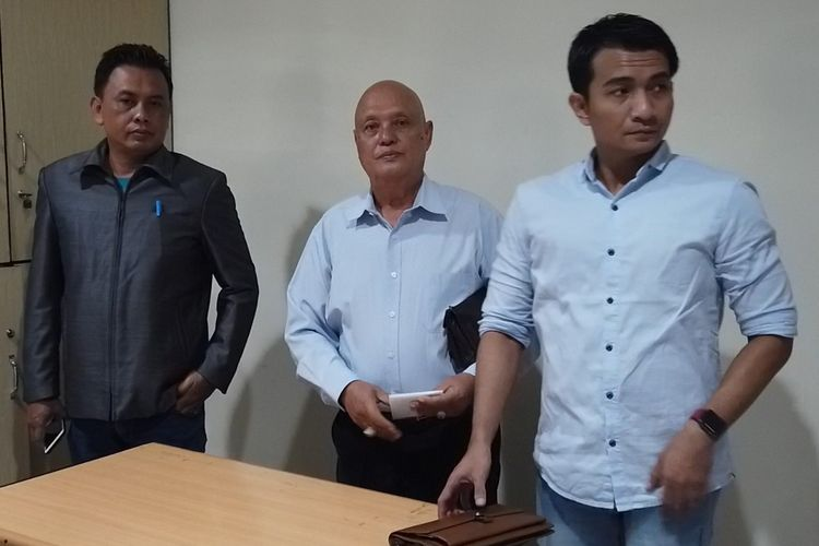 Daniel Tangkau, Ketua Tim Pengacara siswi SMP AD (14), saat memberikan keterangan pers di Rumah Sakit Pro Medika Pontianak, Kalimantan Barat, Kamis (11/4/2018).