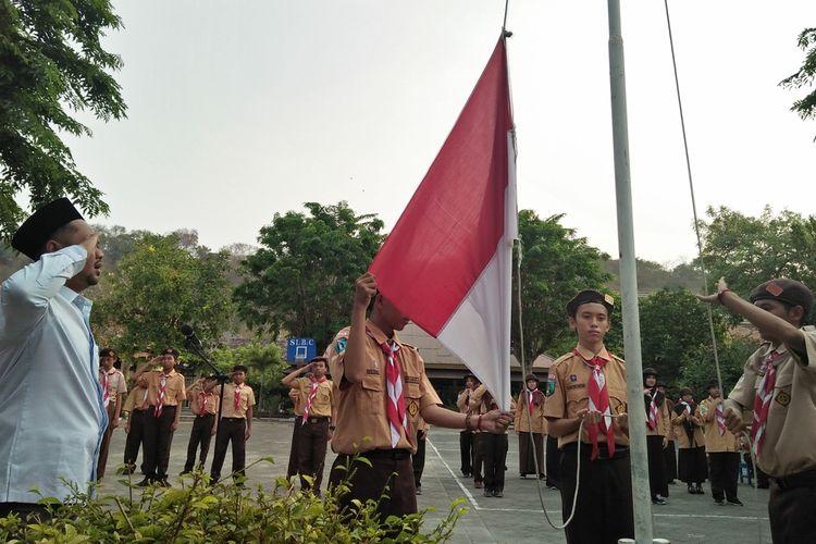 Para siswa disabilitas yang tergabung di SLB Kemala Bhayangkari, saat melaksanakan upacara memperingati Hari Sumpah Pemuda.