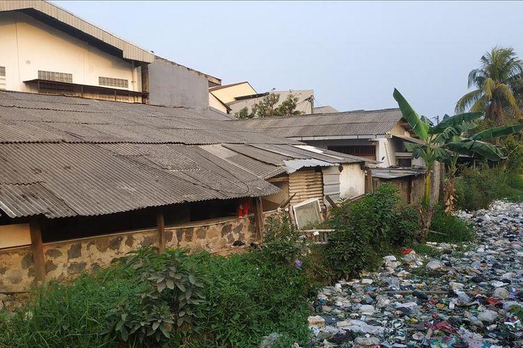Bangunan liar di sepanjang bantaran Kali Busa atau Kali Bahagia, Kecamatan Babelan, Kabupaten Bekasi.