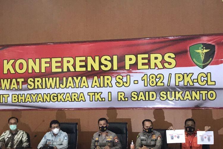 Tim DVI Rumah Sakit Polri Kramat Jati menggelar konferensi pers terkait dua korban jatuhnya pesawat Sriwijaya Air SJ-182 rute Jakarta-Pontianak di Rumah Sakit Kramat Jati, Jakarta Timur pada Rabu (13/1/2021).