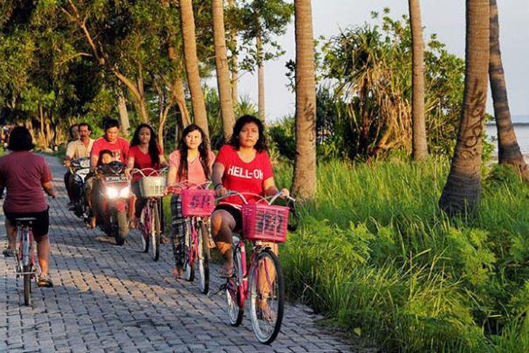 Wisatawan bersepeda menyusuri kawasan pantai di Pulau Tidung, Kepulauan Seribu, Sabtu (13/3/2015). Keindahan pantai menjadi daya tarik wisatawan untuk berkunjung ke pulau itu.