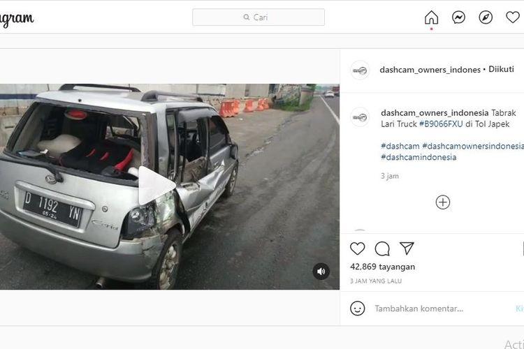 Daihatsu Ceria ditabrak belakang oleh sebuah truk.