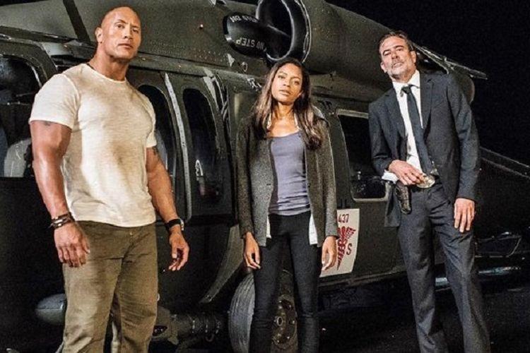 Dwayne Johnson, Naomie Harris, dan Jeffrey Dean Morgan dalam film Rampage.