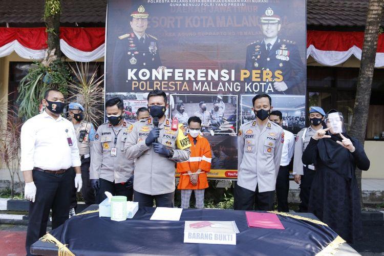 Kapolresta Malang Kota, AKBP Budi Hermanto saat merilis PA, tersangka penipuan bermodus properti di Mapolresta Malang Kota, Senin (2/8/2021).