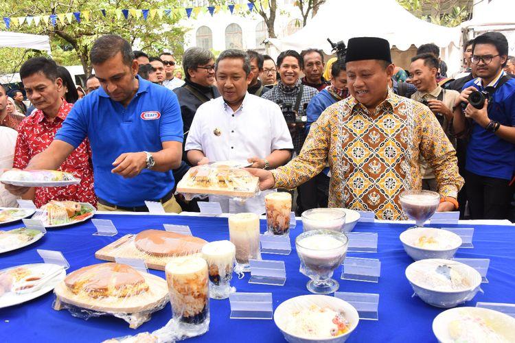 Wakil Gubernur Jawa Barat (Jabar) Uu Ruzhanul Ulum membuka festival kuliner nusantara Beragam Rasa Satu Keju di kawasan Lapangan Gasibu Kota Bandung, Sabtu (7/9/2019).