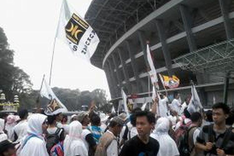 Para simpatisan Partai Keadilan Sejahtera (PKS) mulai memasuki Gelora Bung Karno, Minggu (16/3/2014), untuk mengikuti kampanye terbuka pertama partai tersebut.