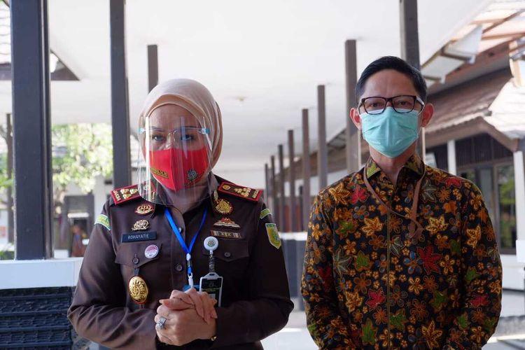 Pimpinan Cabang Bank BTN Karawang, Denny Kriswana (kanan) dan Kepala Kejaksaan Negeri Karawang Rochayatie usai penandatanganan perjanjian kerjasama di Aula Kejari Karawang, Selasa (30/6/2020).