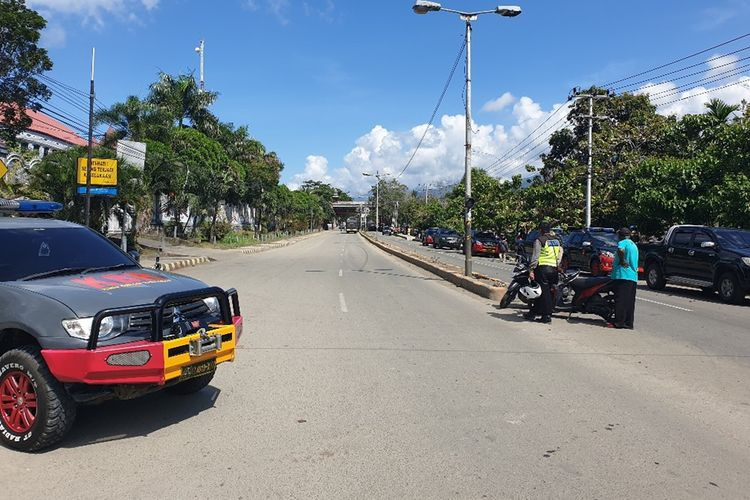 Situasi di Jl. Raya Sentani, Distrik Abepura, Kota Jayapura, Papua pada Senin (23/9/2019) pagi. Jalan tersebut ditutup aparat karena sejumlah mahasiswa tengah menduduki dan memalang Kampus Uncen