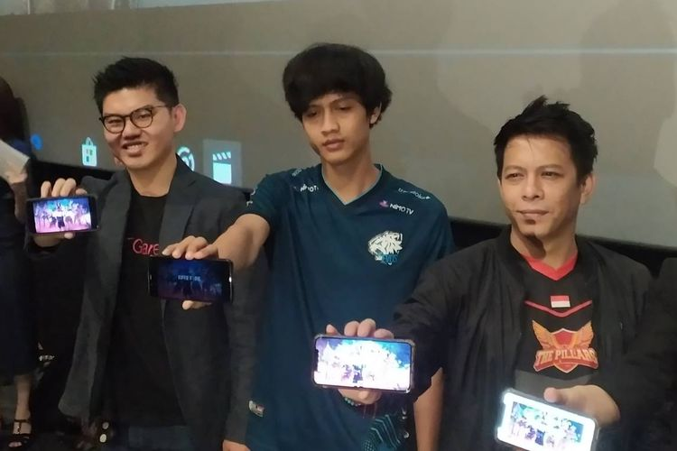 Muhammad Manay Farchan Ridha (tengah) pemegang juara pertama Turnamen Free Fire World Cup 2019.
