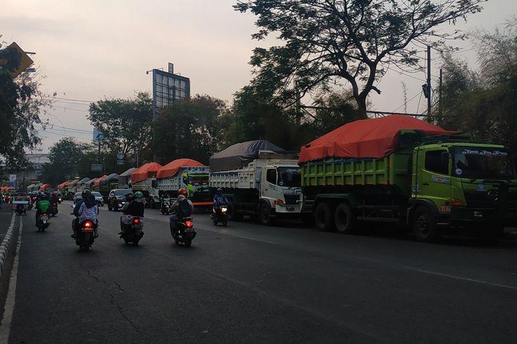 Sejumlah truk tanah ditahan Dinas Perhubungan Kota Bekasi karena melanggar jam operasional. Truk-truk itu ditahan di Jalan Ir H Juanda, Jumat (20/9/2019).