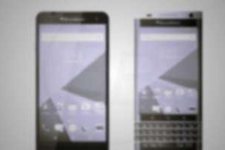 Salah satu bocoran foto yang memperlihatkan BlackBerry Rome (kanan) dan Hamburg tambak buram sehingga tidak menunjukkan rupa kedua perangkat dengan jelas
