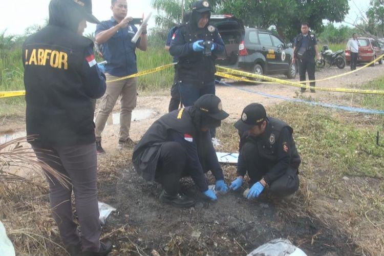 Petugas dari Tim Labfor Mabes Polri Cabang Palembang melakukan olah tempat kejadian perkara dengan cara membongkar dan mengambil sisa barang bukti di lokasi ditemukan mayat yang hangus terbakar ke kemarin.
