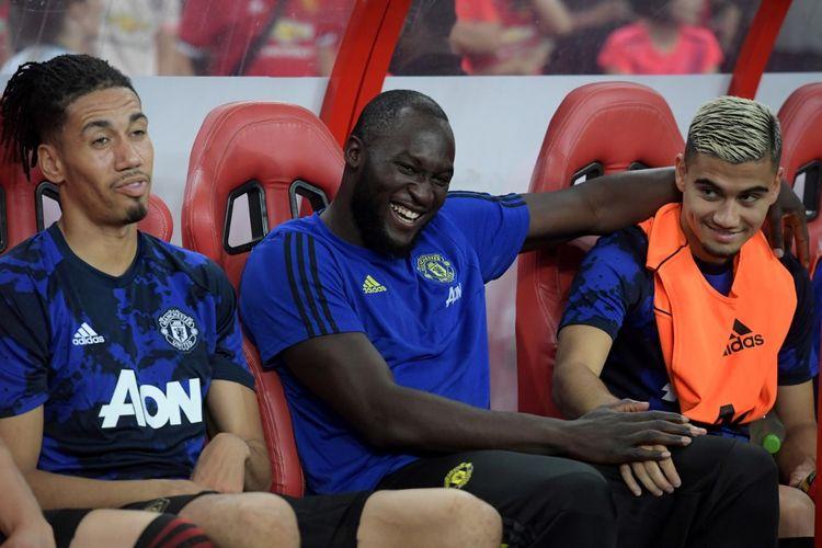Penyerang Manchester United, Romelu Lukaku (tengah) saat duduk di bangku cadangan Manchester United pada laga International Champions Cup (ICC) kontra Inter Milan, di Singapura, 20 Juli 2019.