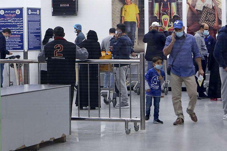 Warga Kuwait yang pulang dari Iran menunggu untuk dibawa ke rumah sakit untuk dites terkait virus corona. di Bandara Sheikh Saad di Kota Kuwait, Sabtu (22/2/2020). Penyebaran virus corona hingga hari ini, Senin (24/2/2020), semakin menunjukkan peningkatan di sejumlah negara, seperti Italia, Iran, dan Korea Selatan.