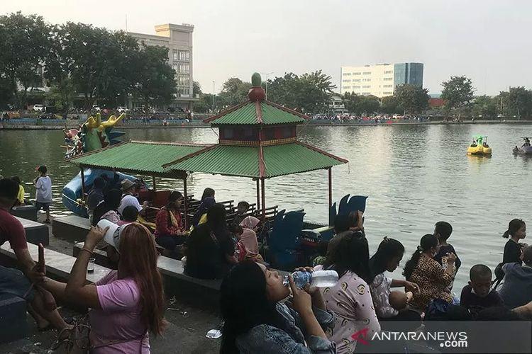Kawasan Danau Sunter di Jakarta Utara dipadati wisatawan pada libur Hari Lahir Pancasila, 1 Juni 2021. Pengunjung tampak tidak mematuhi protokol kesehatan di tengah pandemi Covid-19.