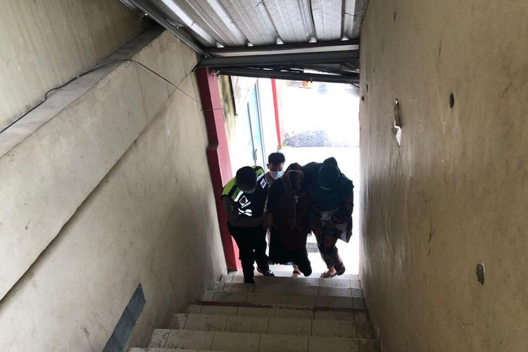 Yusri Lanita (48) ibu kandung Indah Halimah Putri (26) saat menuju ruangan pemeriksaan tes DNA di Rumah Sakit Bhayangkara Palembang, Senin (11/1/2021).