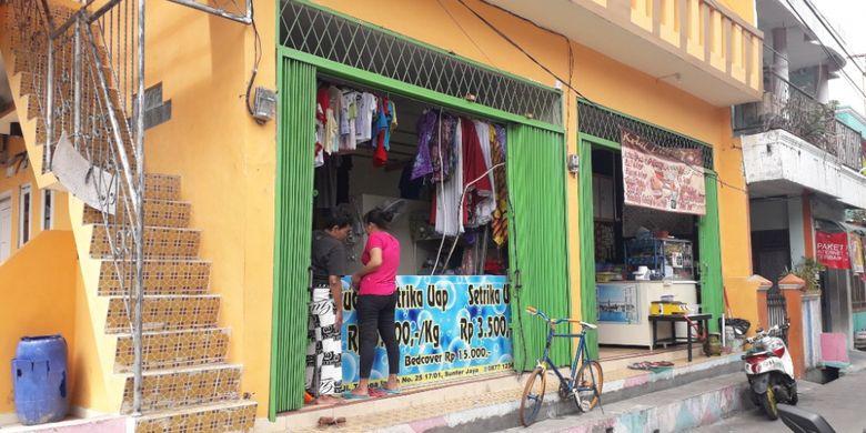 Salah satu tempat laundry di Kelurahan Sunter Jaya dekat Kali Sentiong, Kamis (3/1/2019).