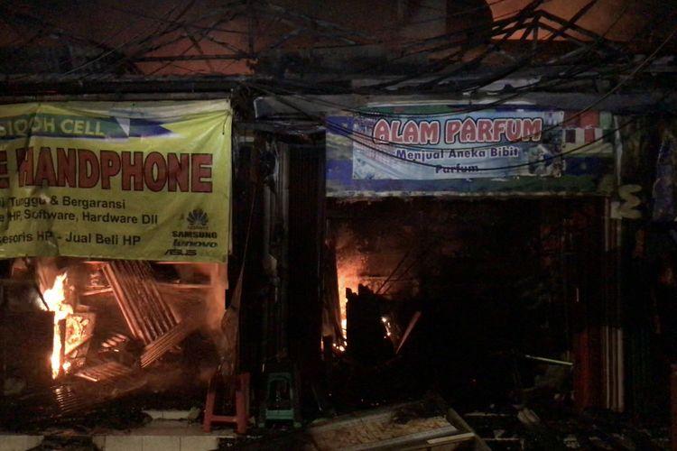 Toko parfum, toko handphone hingga gerobak ketoprak dekat Cahaya Swalayan di Jalan Cilandak KKO, Ragunan, Pasar Minggu, Jakarta Selatan turut terbakar pada Selasa (21/9/2021) malam.