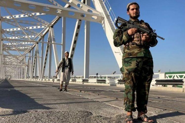 Seorang kombatan berjaga di Hairatan, Afghanistan.