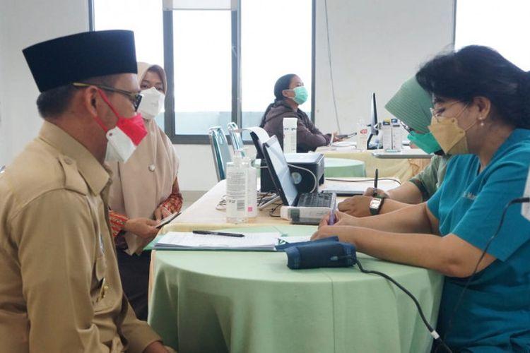 Wakil Wali Kota Depok, Imam Budi Hartono bersama istinya, Etty Maryati Salim saat melakukan pengecekan kesehatan sebelum menerima vaksin Covid-19, di Rumah Sakit Ibu dan Anak (RSIA) Hermina, Senin (23/08/21)