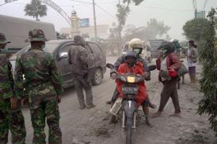 Kondisi dan suasana evakuasi akibat letusan Gunung Kelud di perbatasan Kabupaten Malang, Blitar, dan Kediri, Jumat (14/2/2014) pagi.
