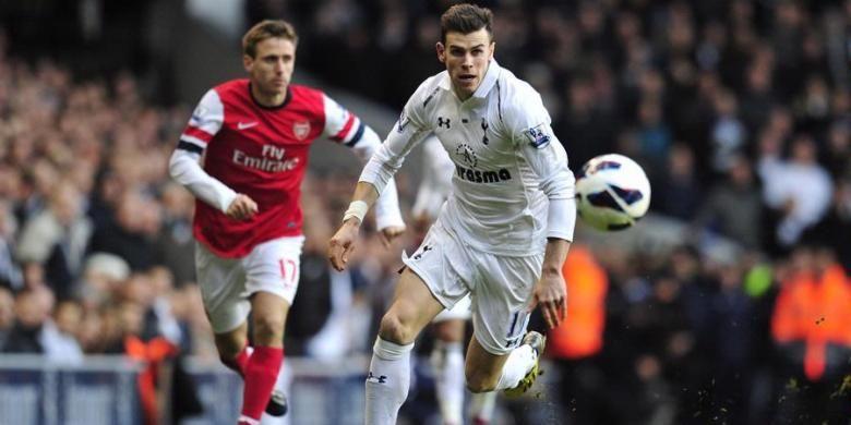 Gelandang Tottenham Hotspur, Gareth Bale (kanan) saat mengejar bola dalam laga derbi melawan Arsenal pada lanjutan Premier League di White Hart Lane, Minggu (3/3/2013). Spurs menang 2-1 dalam laga tersebut.