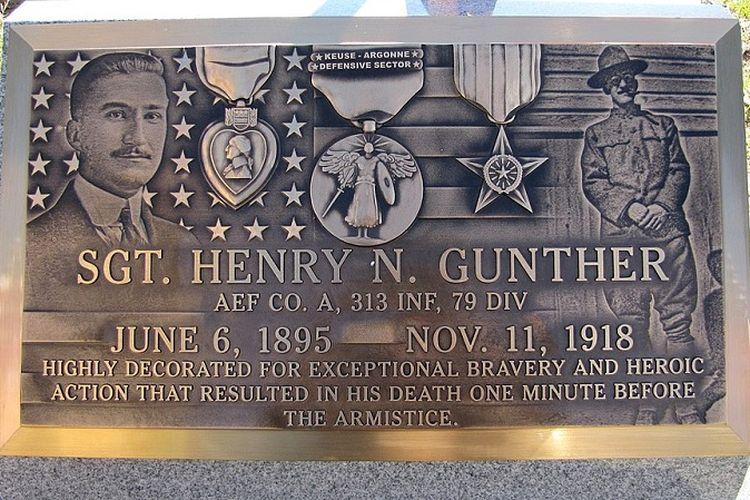 Plakat yang dipasang di pusara Sersan Henry N Gunther di pemakaman Most Holy Redeemer di Baltimore, AS yang diresmikan pada 11 November 2010. Sersan Gunther gugur hanya satu menit sebelum Perang Dunia I berakhir.