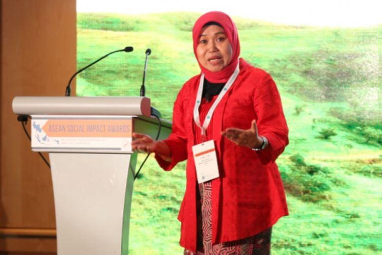 Pada seremoni penghargaan di Singapura, Rabu (21/2018) pekan lalu, Tri Mumpuni selaku pendiri Insitut Bisnis dan Ekonomi Kerakyatan (IBEKA) dari Indonesia, didaulat sebagai pemenang utama ASEAN Social Impact Awards.