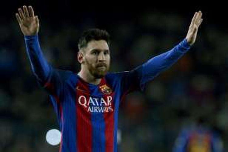 Megabintang FC Barcelona, Lionel Messi, merayakan golnya ke gawang Espanyol dalam lanjutan La Liga, di Stadion Camp Nou, Minggu (18/12/2016) waktu setempat.